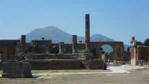 521.Ruins_of_Pompeii_showing_Mount_Vesuvius (400x225)